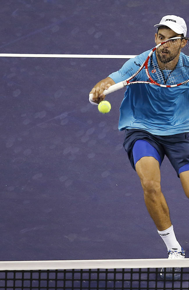 Isner rallies to beat Giraldo in Shanghai