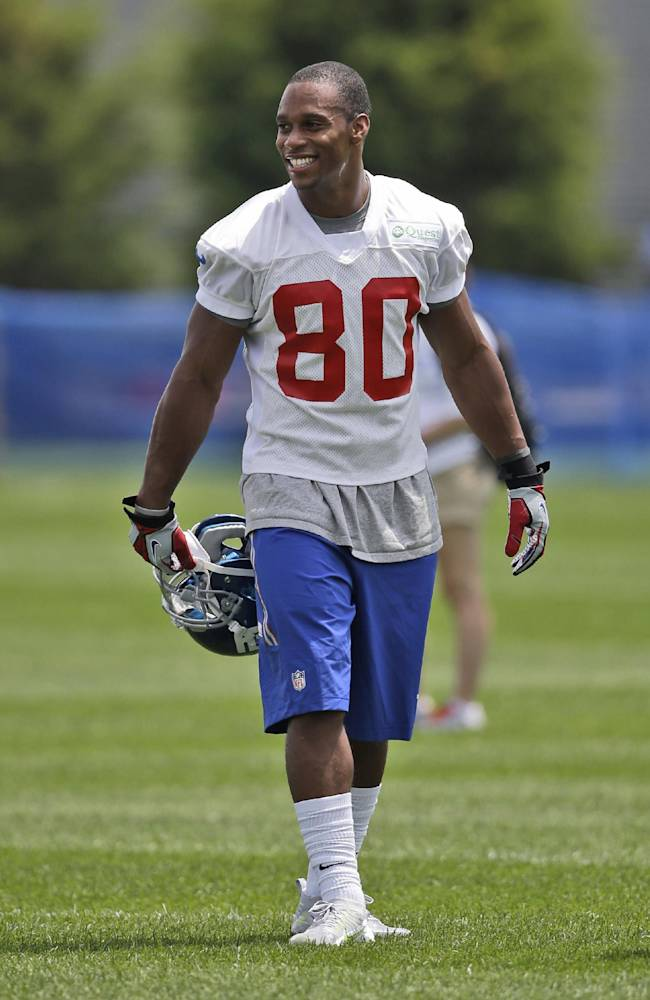 New York Giants' Victor Cruz walks on the field at NFL football training camp in East Rutherford, N.J., Tuesday, July 22, 2014