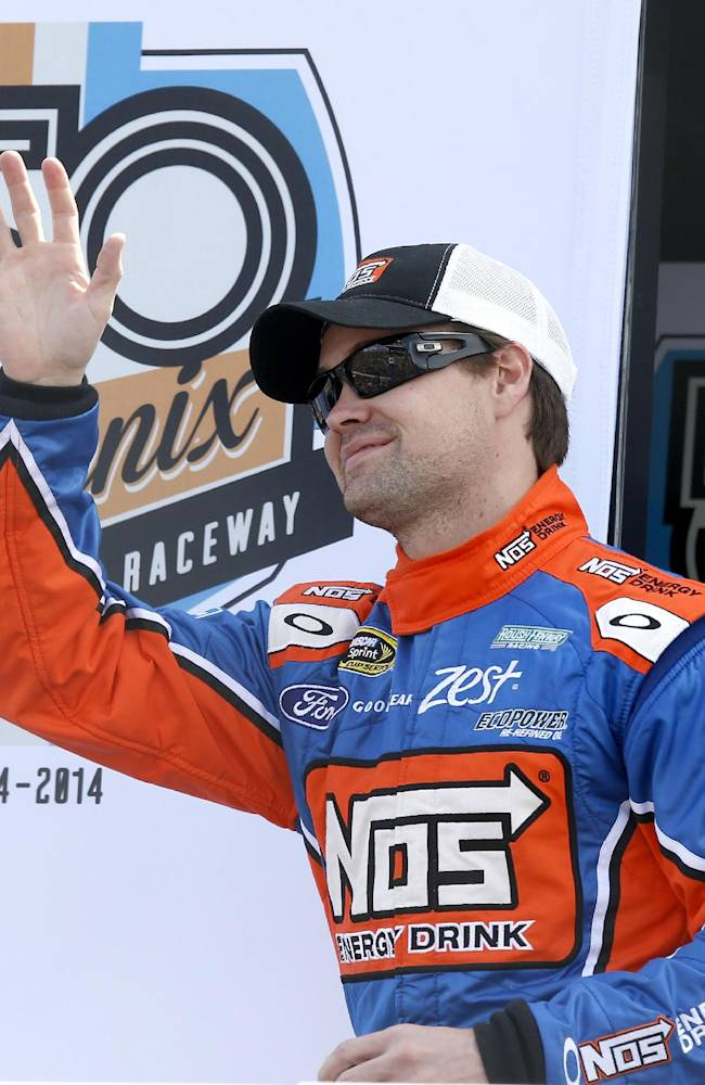 Stenhouse shines on track with 2nd-place finish