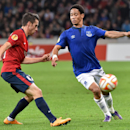 Everton's Steven Pienaar, right, challenges for the ball with Lille's Sebastien Corchia, left, during their Europa League soccer match at the Lille Metropole stadium, in Villeneuve d'Ascq, northern France, Thursday, Oct. 23, 2014. (AP Photo)