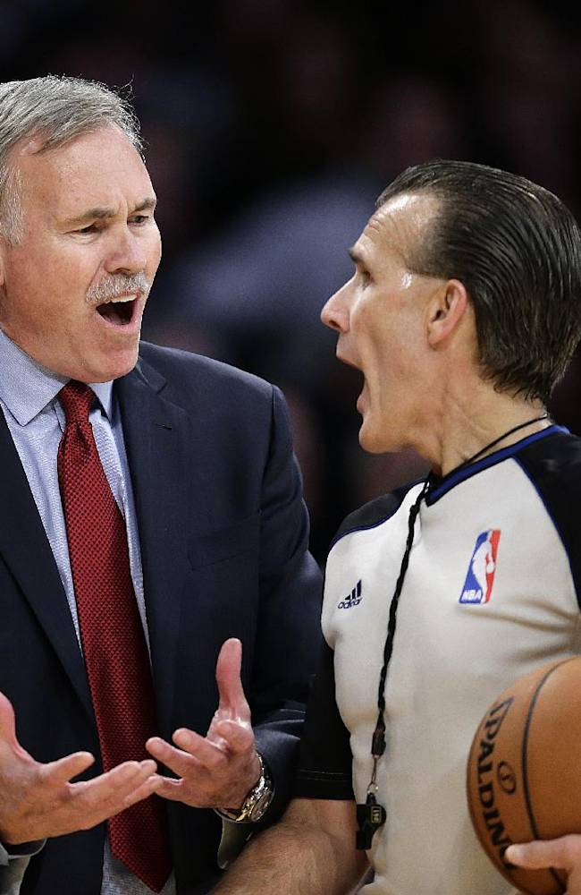Los Angeles Lakers head coach Mike D'Antoni, left, argues with referee Ken Mauer during the second half of an NBA basketball game between the Los Angeles Lakers and the Memphis Grizzlies on Friday, Nov. 15, 2013, in Los Angeles. The Grizzlies won 89-86