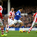 Everton s Steven Pienaar (centre) runs at Stoke City s Glenn Whelan (right) during the English Premier League match at Goodison Park, Liverpool Saturday Nov. 30, 2013