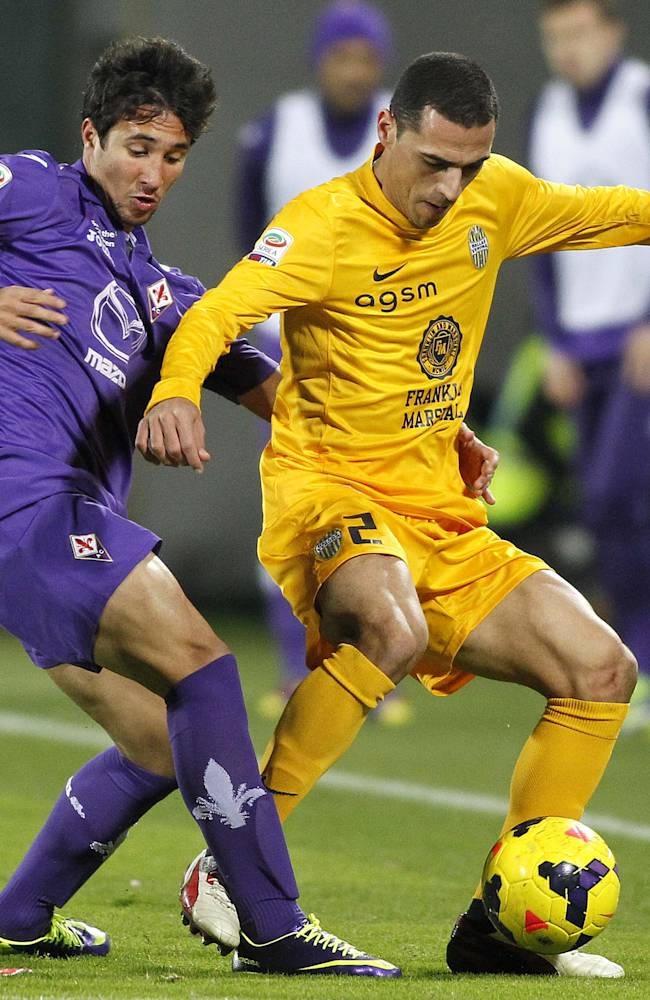 Fiorentina's Ryder Matos, left, of Brazil, challenges for the ball with Verona's Rmulo, also of Brazil,  during a Serie A soccer match between Fiorentina and Verona at the Artemio Franchi stadium in Florence, Italy, Monday, Dec. 2,  2013