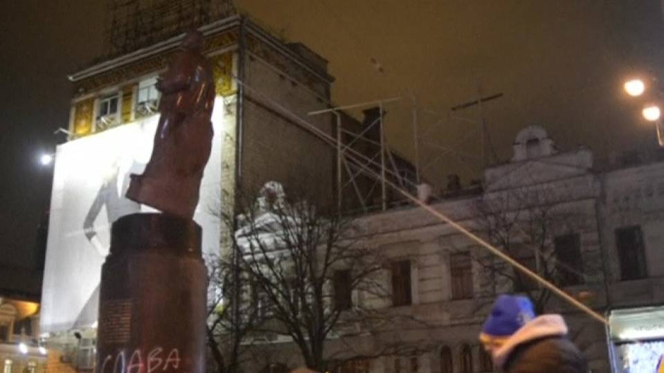 Protesters topple Lenin statue in Ukraine