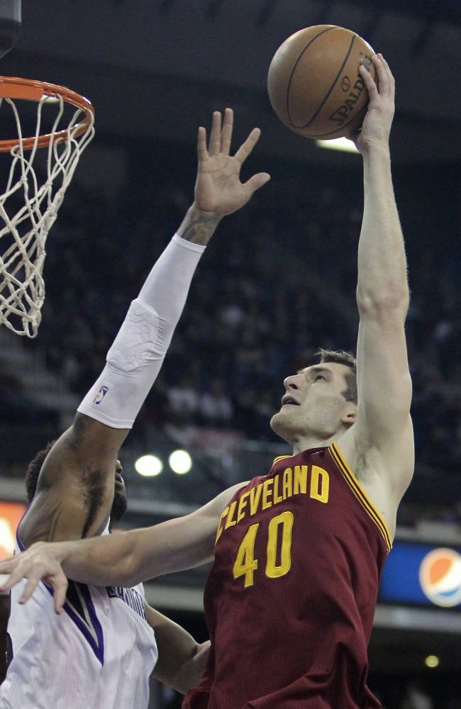 Thomas has 26 to lead Kings' 124-80 rout of Cavs
