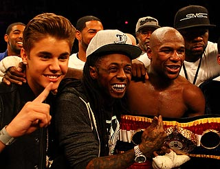 Floyd Mayweather celebrates his win with Justin Bieber, Lil Wayne and 50 Cent. (Getty)