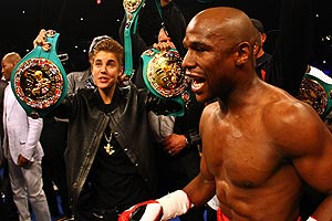 Justin Bieber escorted Floyd Mayweather Jr. to the ring. (Getty Images)