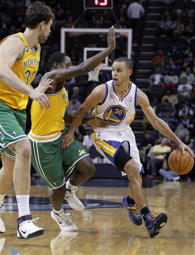 Golden State Warriors Guard Stephen Curry (30) Moves The Ball Around Memphis Grizzlies Center Marc Gasol, Left, Of