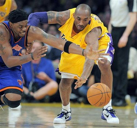 New York Knicks Guard Bill Walker, Left, And Los Angeles Lakers Guard Kobe Bryant Go