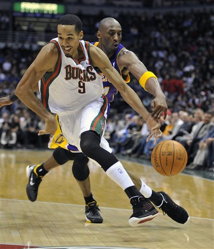 Milwaukee Bucks' Shaun Livingston (9) Drives