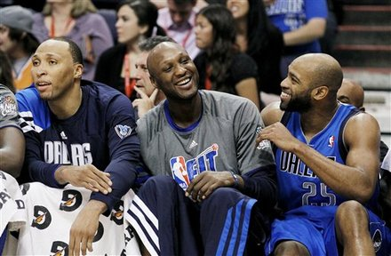 Dallas Mavericks' Shawn Marion, Left, Lamar Odom, And Vince Carter (25) Talk On The Bench