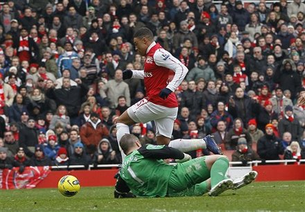 Arsenal's Alex Oxlade-Chamberlain, Left, Rounds