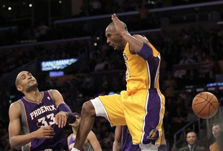 Los Angeles Lakers' Kobe Bryant, Center, Descends
