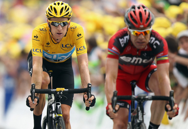 Extraordinary act of sportmanship keeps reigning champ Cadel Evans in contention at Tour de France