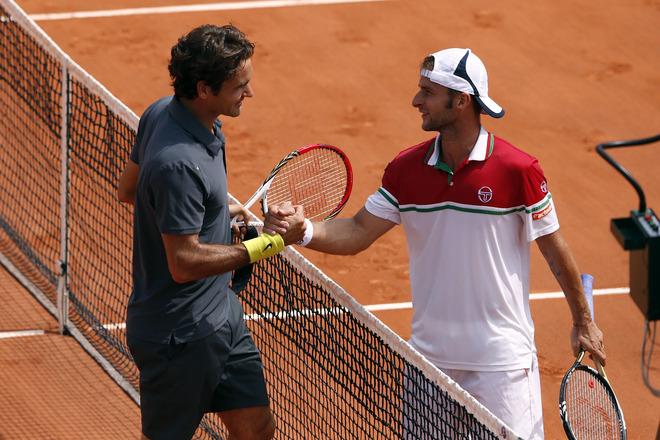 Swiss Roger Federer (L) Shakes