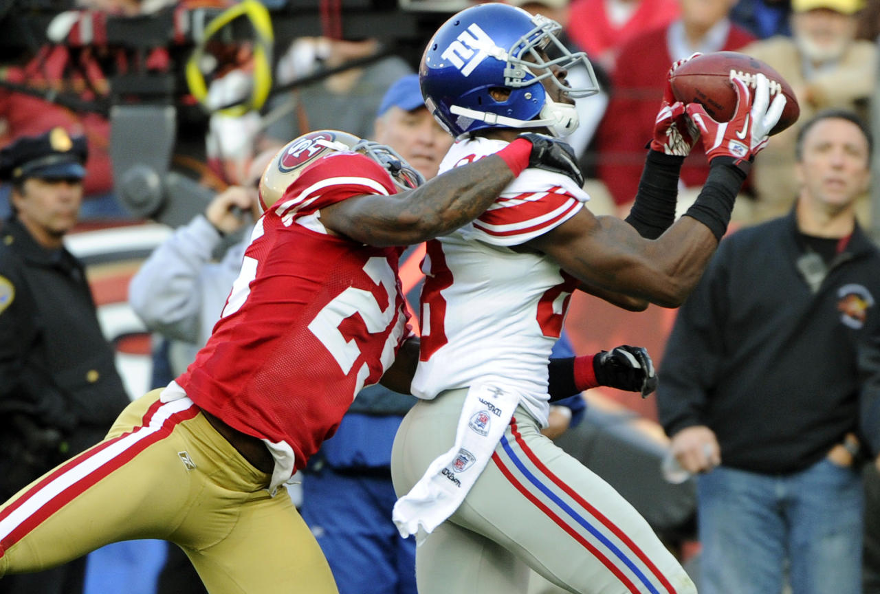 SAN FRANCISCO - NOVEMBER 13:  Hakeem Nicks #88 of the New York Giants catches a thirty-two yard touchdown pass over Tarell Brown #25 of the San Francisco 49ers during an NFL football game at Candlestick Park November 13, 2011 in San Francisco, California. The 49ers won the game 27-20. (Photo by Thearon W. Henderson/Getty Images)