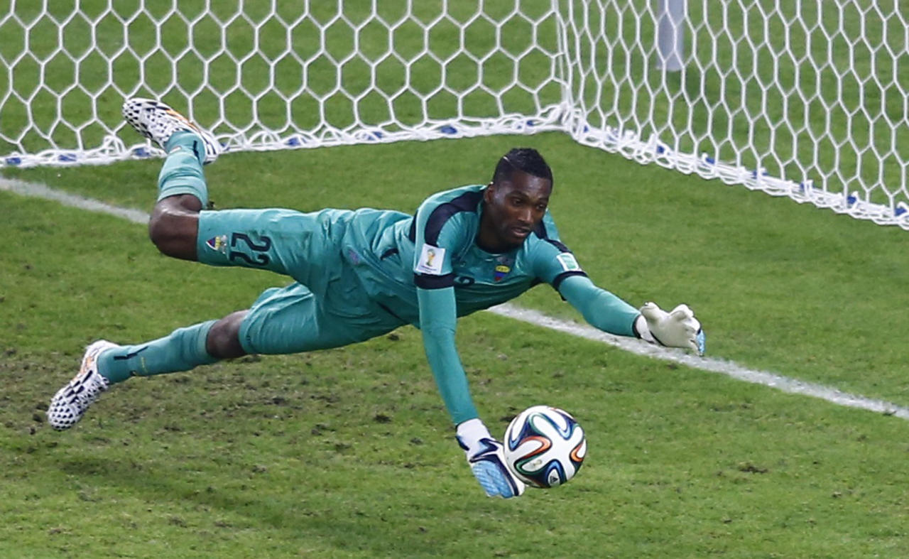 Ecuador's goalkeeper Alexander Dominguez makes a save during the team's 2014 World Cup Group E soccer match against France at the Maracana stadium in Rio de Janeiro June 25, 2014.