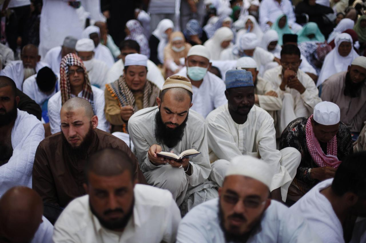 A Muslim pilgrim reads the Koran as he attends Friday prayers at the Grand mosque in the holy city of Mecca ahead of the annual haj pilgrimage October 11, 2013. REUTERS/Ibraheem Abu Mustafa (SAUDI ARABIA - Tags: RELIGION)