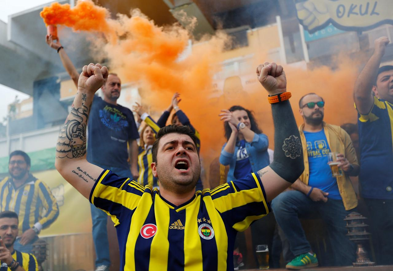 <p>Fenerbahce fans shout slogans to support anti-government demonstrators during a protest in Kadikoy district of Istanbul, Turkey, April 23, 2017. REUTERS/Murad Sezer. </p>