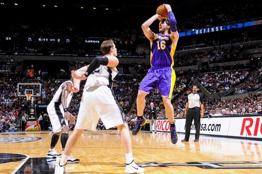 Lakers manhandle Spurs behind Bynum's 30 rebounds