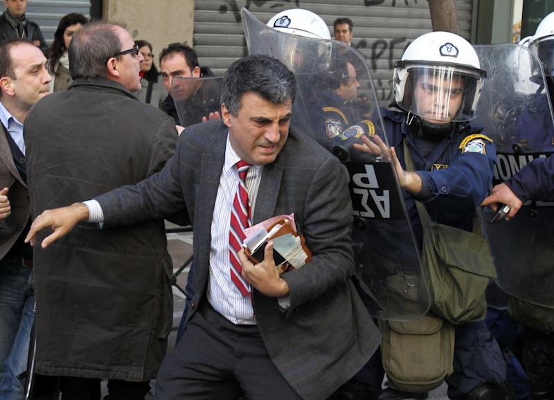 Protesters break into gov't building in Athens