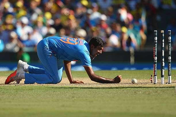 SYDNEY, AUSTRALIA - MARCH 26: Ravichandran Ashwin of India unsuccessfully appeals for the run out of Aaron Finch of Australia during the 2015 Cricket World Cup Semi Final match between Australia and India at Sydney Cricket Ground on March 26, 2015 in Sydney, Australia. (Photo by Mark Kolbe/Getty Images)