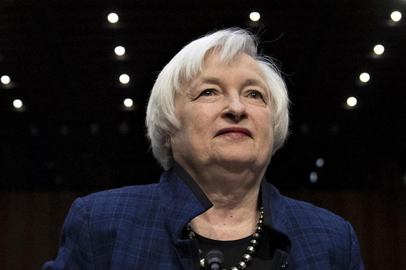 Yellen Says Fed Not Behind the Curve, Backs Gradual Rate Rises