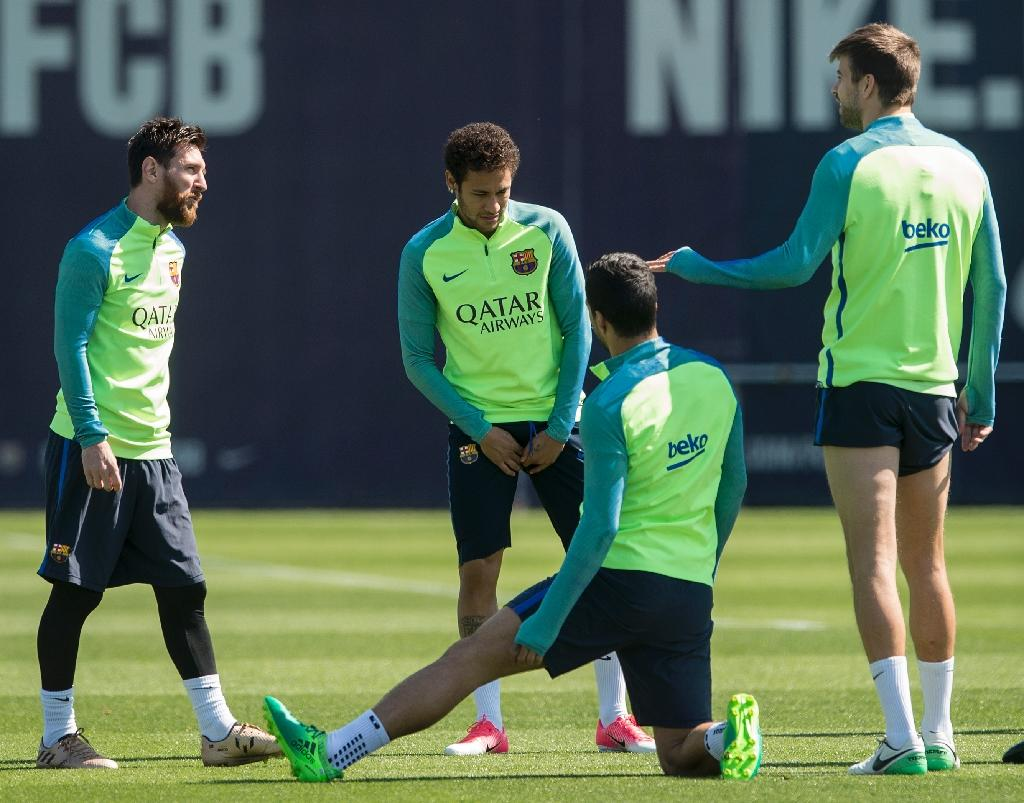Barcelona's Lionel Messi (L) chats with teammate Neymar (2ndL) and Gerard Pique (R) during a training session at the Sports Center FC Barcelona Joan Gamper in Sant Joan Despi, near Barcelona, on April 22, 2017 (AFP Photo/Josep Lago)