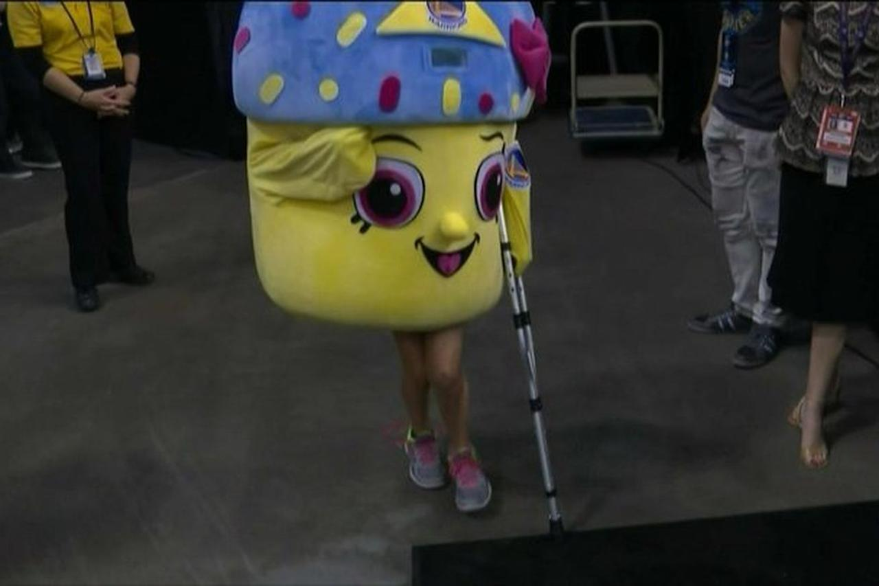 The cupcake mascot in OKC poked fun at Kevin Durant's injury