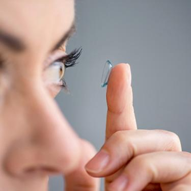 Woman-in-her-forties-inserting-contact-lenses_web