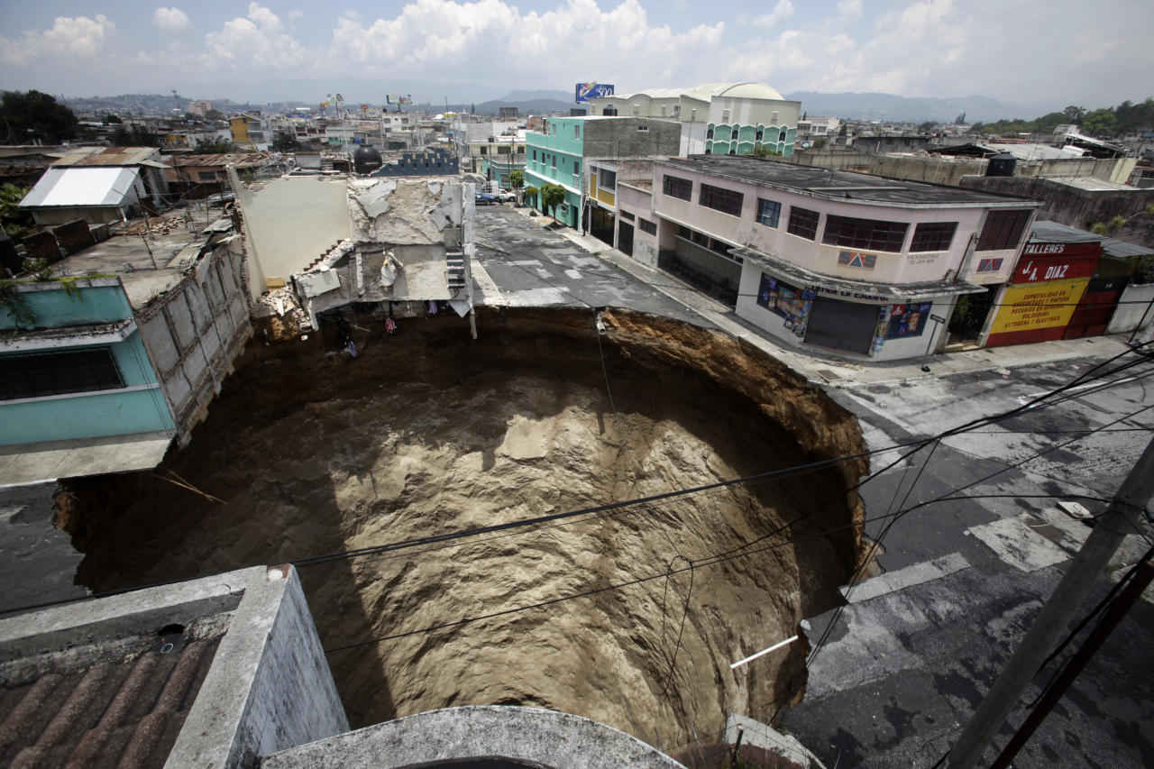 A giant sinkhole caused by the rains of tropical storm Agatha is seen in Guatemala City June 1, 2010.  Collapsed roads and highway bridges complicated rescue efforts in Guatemala on Tuesday after Tropical Storm Agatha drenched Central America, burying homes under mud and killing at least 175 people. REUTERS/Daniel LeClair (GUATEMALA - Tags: ENVIRONMENT DISASTER IMAGES OF THE DAY) - RTR2EN0V