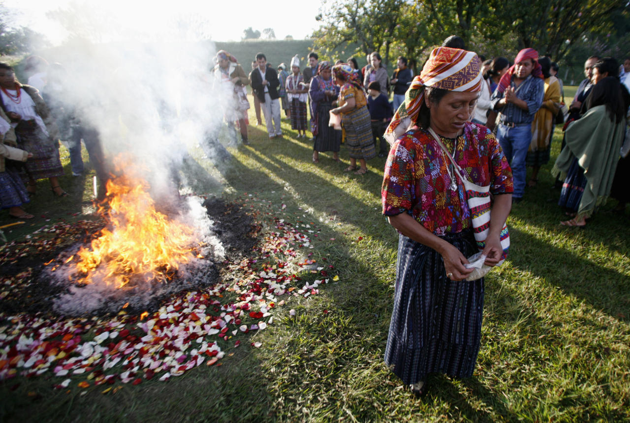 An indigenous woman takes part in a Mayan ceremony outside Guatemala City December 29, 2006. Friday marks the 10th anniversary of the signing of the peace accords, ending the 36-year civil war that claimed the lives of some 250,000 mostly indigenous Guatemalans.  REUTERS/Daniel LeClair   (GUATEMALA)