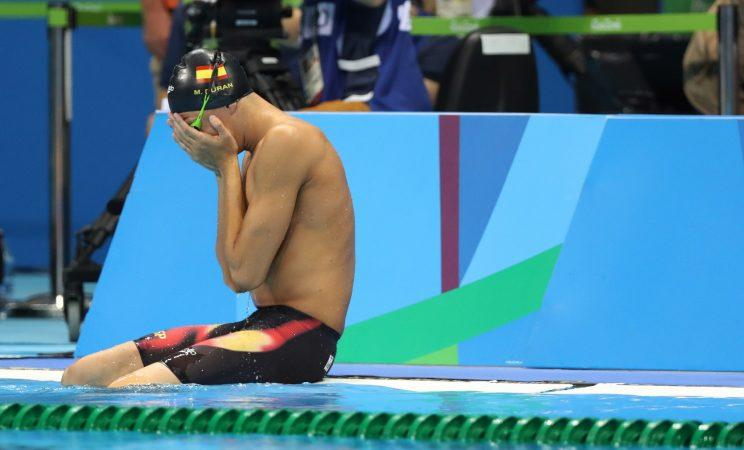 Spanish swimmer wins over crowd after he's given second chance