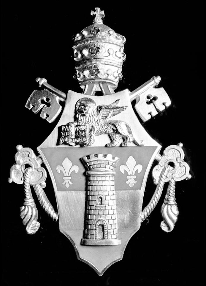 The Holy Father's signet: The coat of arms of Pope John XXIII was attached to the side of the Mercedes-Benz 300 d.