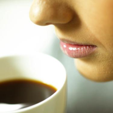 Close-up-of-woman-drinking-coffee_web