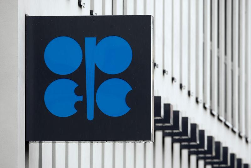 Oil Trades Near One-Month High Before OPEC Meets on Output Cuts