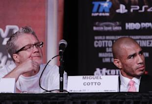 Trainer Freddie Roach (L) and Miguel Cotto react during a press conference. (A))