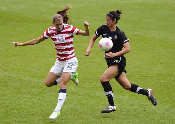 USA's Alex Morgan (L) and New Zealand's Abby Erceg struggle for possession during their women's quarter final soccer match at the London 2012 Olympic Games at St James' Park in Newcastle, northern England August 3, 2012. REUTERS/Nigel Roddis