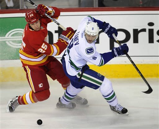Iginla lifts Flames to 4-2 win over Canucks