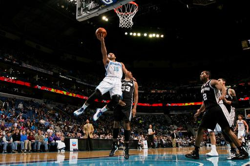 Gordon carries Hornets to victory over Spurs