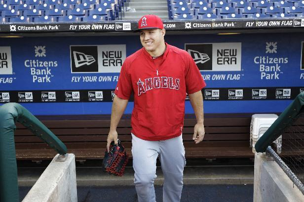 Thousands turn out for Trout's winning homecoming