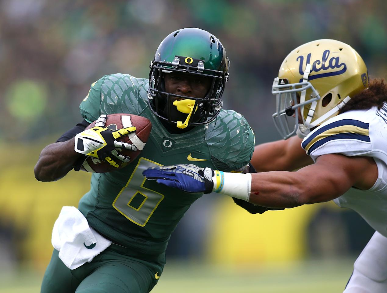 EUGENE, OR - OCTOBER 26: De'Anthony Thomas #6 of the Oregon Ducks runs the ball against Eric Kendricks #6 of the UCLA Bruins on October 26, 2013 at the Autzen Stadium in Eugene, Oregon. (Photo by Jonathan Ferrey/Getty Images)