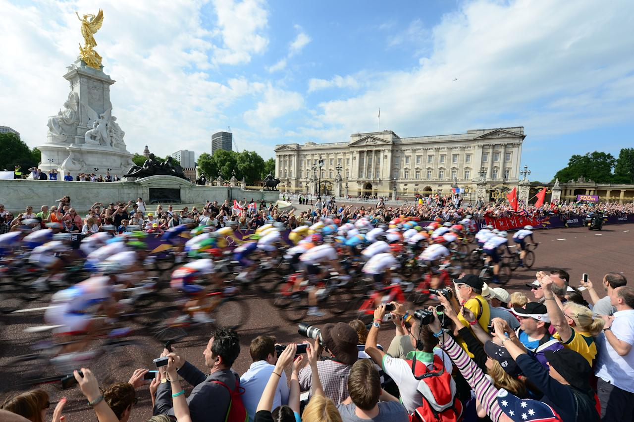 LONDON, ENGLAND - JULY 28: Cyclists ride down the Mall past Buckingham Palace during the Men's Road Race Road Cycling on day 1 of the London 2012 Olympic Games on July 28, 2012 in London, England.  (Photo by Jamie Squire/Getty Images)