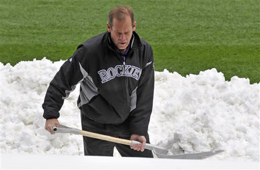 More snow forces postponement of Mets-Rockies game