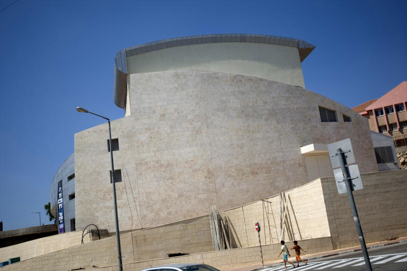 Israeli actors sit out show at settlement theater