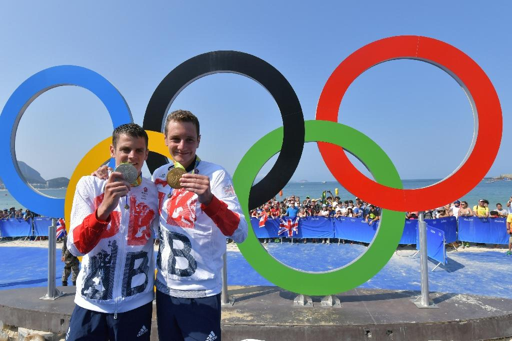 Also on the plane were triathlon medal-winning brothers Alistair (R) and Jonny Brownlee (L) and five-time rowing Olympic medallist Katherine Grainger (AFP Photo/Yasuyoshi Chiba)