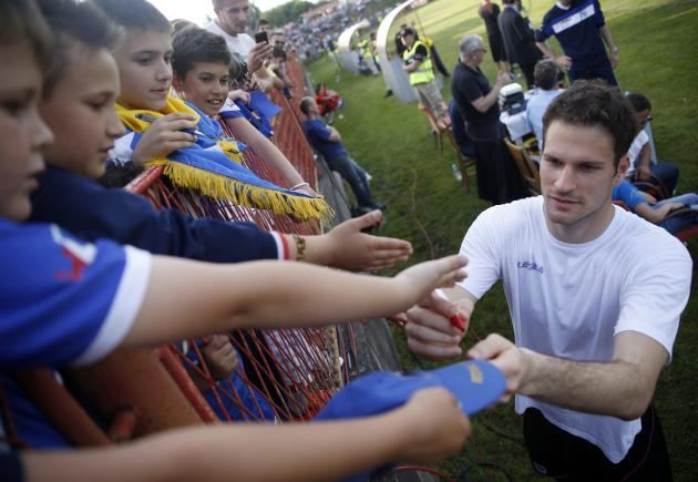 Bosnia's national soccer team goalkeeper Asmir Begovic signs autographs after a humanitarian match against the Bosnia U21 team in Gradacac, May 22, 2014. Bosnia will face Argentina, Iran and Nigeria in Group F of the World Cup finals in Brazil. REUTERS/Dado Ruvic (BOSNIA AND HERZEGOVINA - Tags: SPORT SOCCER WORLD CUP)