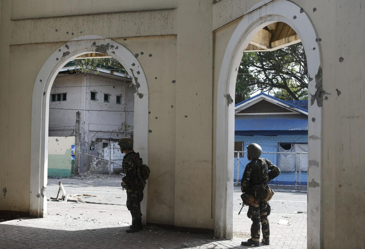 Government soldiers of Task Force Zamboanga (TFZ) take cover during fighting with Muslim rebels of Moro National Liberation Front (MNLF) in Zamboanga city in southern Philippines September 16, 2013. REUTERS/Erik De Castro (PHILIPPINES - Tags: CIVIL UNREST CONFLICT POLITICS MILITARY)