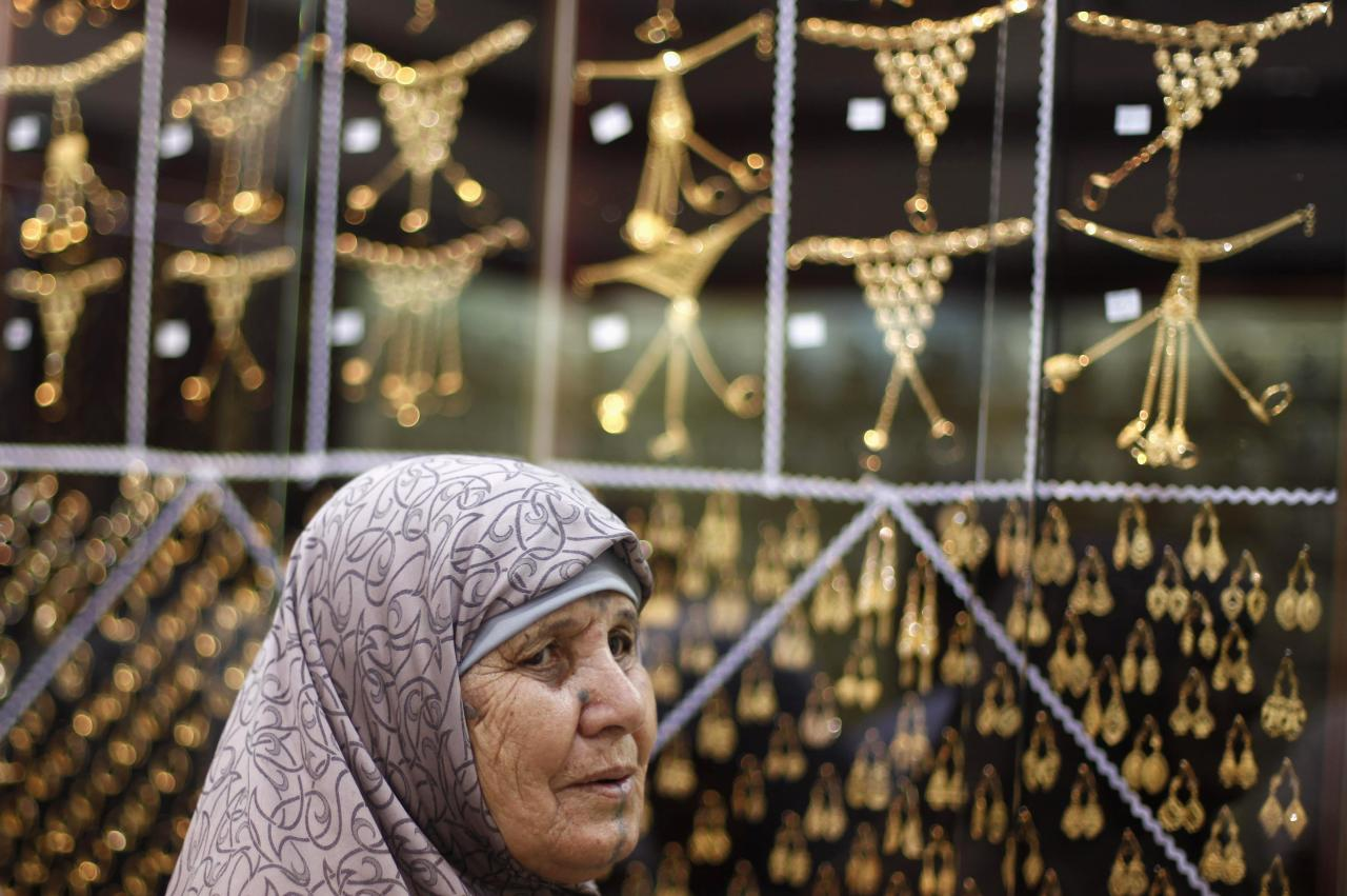 A Muslim pilgrim shops at a jewelry store ahead of the annual haj pilgrimage, in the holy city of Mecca October 12, 2013. Economic hardships brought about by Arab Spring uprisings have taken a toll on jewelry retail trade in Saudi Arabia's Muslim holy city of Mecca, slashing gold sales by more than half compared to the same period last year, retailers said. REUTERS/Ibraheem Abu Mustafa (SAUDI ARABIA - Tags: RELIGION SOCIETY BUSINESS)