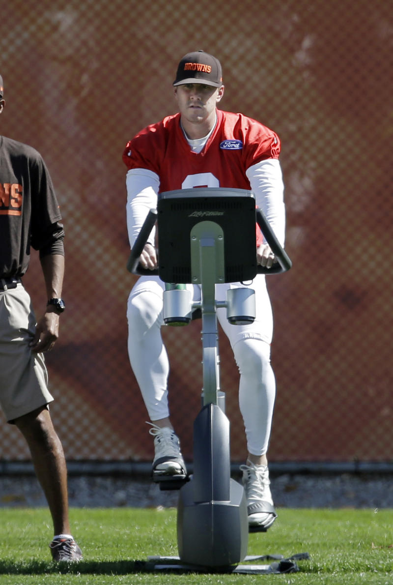 Browns QB Weeden throws again with future unclear